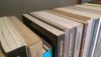 Levanta, sacode a poeira e limpa esses livros